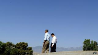 US President Barack Obama (R) and Chinese President Xi Jinping take a walk at the Annenberg Retreat at Sunnylands in Rancho Mirage, California