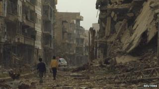 Children walking amid rubble in Syria (4 April 2013)