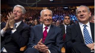 Israeli President Shimon Peres (centre) with former US President Bill Clinton (left) and Israeli Prime Minister Benjamin Netanyahu (right), 18 June 2013