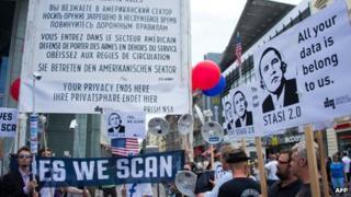 Anti-US protesters in Berlin (18 June 2013)