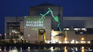 Greenpeace projection at Tricastin nuclear plant, 15 Jul 13