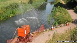 Spray bars re-oxygenating the canal