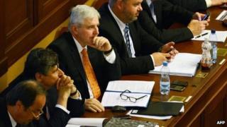 Jiri Rusnok (centre) sits in parliament (7 August 2013)