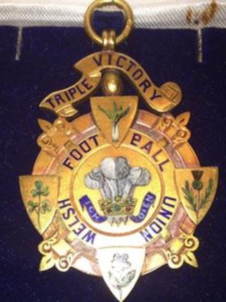 Medal enillwyr y Goron Driphlyg