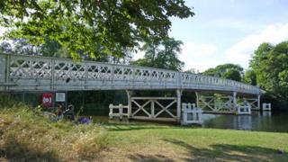 Whitchurch-On-Thames river bridge