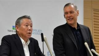 Japan's Tokyo Electron chairman Tetsuro Higashi (L) and US semiconductor giant Applied Materials chief executive Gary Dickerson (R) announce their agreement