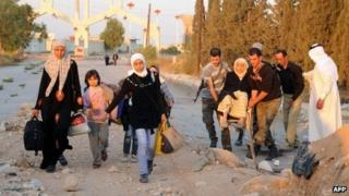 People flee besieged suburbs of Damascus (13 October 2013)