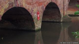 Postbox on Sonning Bridge on Friday, October 25th, 2013
