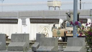 Saudi security forces deployed outside US consulate in Jeddah (7 December 2004)