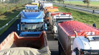Lorries blocking road