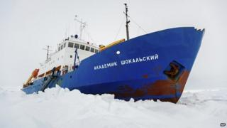 Akademik Shokalskiy stuck in ice, 27 Dec 13