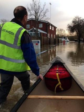 Flood wardens in action in Purley-on-Thames
