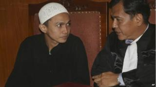 Islamist militant Sigit Indrajit, left, talks to his lawyer Akhyar, during his sentencing proceeding at a district court in Jakarta, Indonesia, 21 January 2014