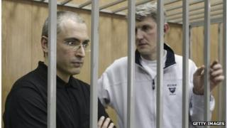 Platon Lebedev (right) and Mikhail Khodorkovsky (left) during their trial in Moscow in 2004 in Moscow.