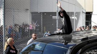 Justin Bieber waves after exiting from the Turner Guilford Knight Correctional Center, 23 Jan