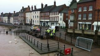 Bewdley flood barriers being put up