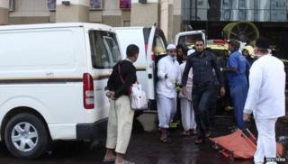 Emergency personnel evacuate injured people after the fire broke at the hotel in Medina (8 February 2014)