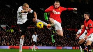 Manchester United forward Wayne Rooney (2L) vies with Fulham's Dutch defender John Heitinga the match between Manchester United and Fulham
