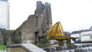 Castle Bailey Street runs between Swansea Castle and Castle Gardens
