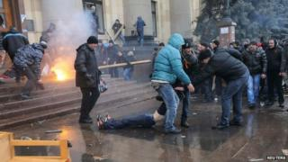 Rival protestors clash in the Ukranian city of Kharkiv