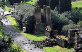 Collapsed wall in Pompeii (2 March 2014)