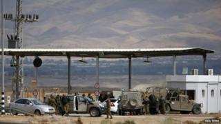 Israeli soldiers at the Allenby border crossing between West Bank and Jordan (10 March 2014)