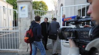 Cameraman films students arriving at school in La Rochelle, 14 Apr 14