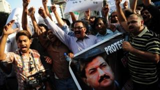 Pakistani journalists shout slogans during a protest against an attack on television anchor Hamid Mir in Karachi on April 21, 2014.