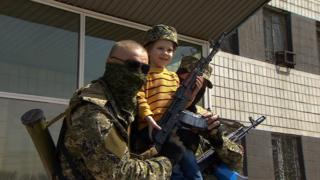 Armed men outside the town council building in Konstantinovka