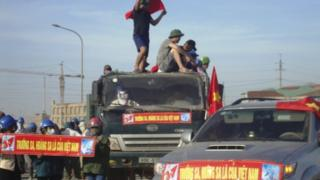 """Protesters display banners which read, """"Paracels and Spratlys belong to Vietnam"""", outside the construction site of a Formosa steel mill in Ha Tinh province May 14, 2014."""