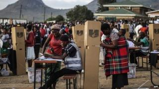 Hundreds of residents from the Ndirande township queue to vote on 21 May 2014 in Blantyre, Malawi