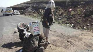 A Houthi rebel at a checkpoint on the road from Sanaa to Amran (3 June 2014)