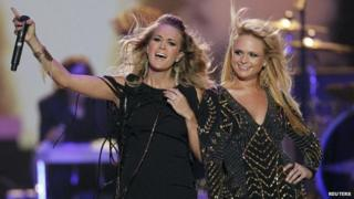 Carrie Underwood (l) and Miranda Lambert duetted on Somethin' Bad