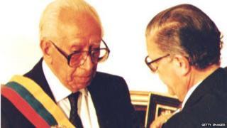 The President of the Venezuelan Congress Luis Oberto (right) places the presidential sash on Senator Ramon Velasquez on 5 June 1993