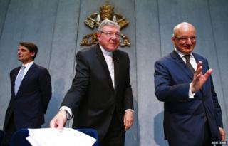 Cardinal Pell (C), Jean-Baptiste de Franssu (L) and outgoing bank head Ernst von Freyberg