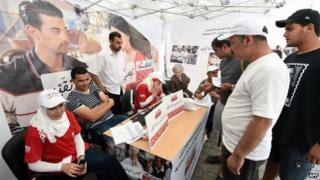 Tunisians wait to register on 23 June 2014 in the capital Tunis