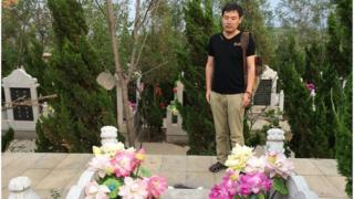 Picture of Wang Jiannan at his father's tomb