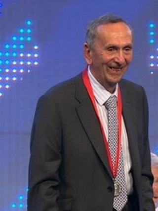 Alun Jones yn derbyn Medal Goffa TH Parry Williams 2014