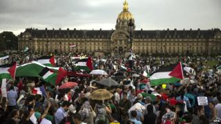 Thousands of protesters attend a demonstration to support the Palestinians, on the Place des Invalides in Paris, on 2 August 2014