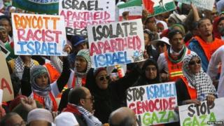 Demonstrators march through the streets of Cape Town against the Israeli-Palestinian conflict (9 August 2014)