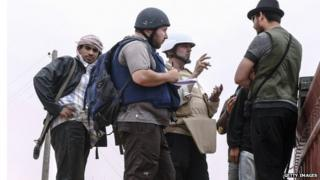 Steven Sotloff (centre) with reporters in Libya