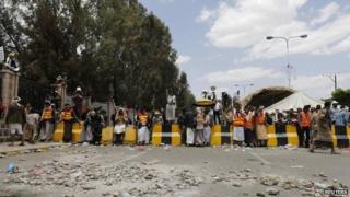 Shia Houthi protesters block the main road leading to the airport in Sanaa (8 September 2014)