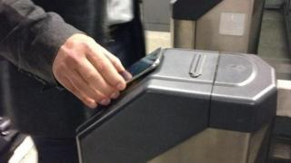 Man tabs in to Tube using mobile phone