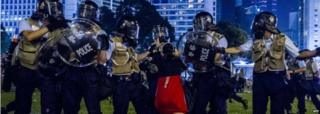 Woman and riot police in Hong Kong (28 Sept 2014)