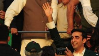 Bilawal Bhutto Zardari, chairman of Pakistan People's Party , waves to supporters during his arrival at the rally in Karachi (18 October 2014)