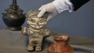 rare Peruvian artefacts being handed back to Peru by US authorities 21 Oct 2014