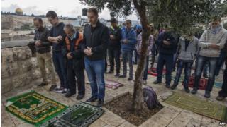 Palestinians pray in East Jerusalem (31/10/14)