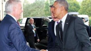 Carwyn Jones yn croesawu Barack Obama