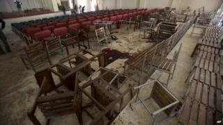 襲撃を受けた学校の講堂