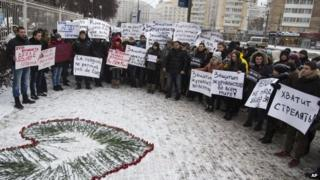 People hold banners showing solidarity with those killed in an attack at the Paris offices of the weekly newspaper Charlie Hebdo, outside the French Embassy in Moscow, Russia on 9 Jan 2015